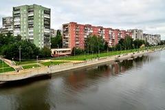 Kaliningrad Ryssland - 18 Augusti 2016: stadsbor går på nen Royaltyfri Bild