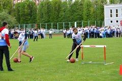 Kaliningrad Ryssland Deltagare av de gladlynta starterna för konkurrenser rullar, för själva klumpa ihop sig med hjälp av pinnar Arkivfoto
