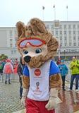Kaliningrad Ryssland En maskot av den FIFA världscupen av den FIFA Zabivaka vargen 2018 mot bakgrunden av stadshuset Arkivbild