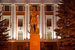 Kaliningrad Ryssland En monument till Peter I mot bakgrunden av en byggnadskolonnad Arkivfoto