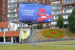 Kaliningrad Ryssland Ett baner med lagen för inskrift 32, 11 städer, 64 matcher på den Moskovsky avenyn Den FIFA världscupen i Ru Royaltyfria Bilder