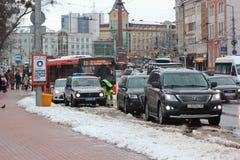 Kaliningrad Ryssland - Februari 04, 2019: Polisen stoppade kränkarna på vinterdagen royaltyfri foto