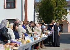 Kaliningrad Ryssland Invigningen av troenden och påsken bakar ihop för påsk Royaltyfri Bild