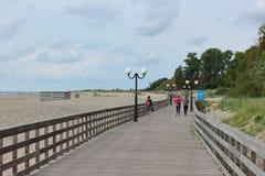 Kaliningrad Ryssland - juli 2018: Turister som går på thträbroadwalk arkivbild