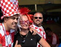 Kaliningrad Ryssland, 16 Juni 2018 Dekorerade och eleganta kroatiska fans förbereder sig för fotbollsmatchen av deras lag med Arkivfoton