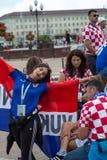 Kaliningrad Ryssland, 16 Juni 2018 Dekorerade och eleganta kroatiska fans förbereder sig för fotbollsmatchen av deras lag med Royaltyfri Fotografi