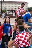 Kaliningrad Ryssland, 16 Juni 2018 Dekorerade och eleganta kroatiska fans förbereder sig för fotbollsmatchen av deras lag med Fotografering för Bildbyråer