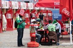 Kaliningrad Ryssland, 16 Juni 2018 Dekorerade och eleganta nigerianska fans förbereder sig för fotbollsmatchen av deras lag med Royaltyfri Fotografi