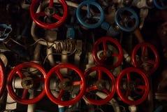 KALININGRAD RYSSLAND - JUNI 12 2017: Närbildsikt av röda och blåa ventiler av olika format, en maskineriteknikinre Arkivbilder