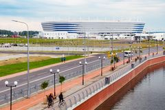 KALININGRAD RYSSLAND - JUNI 13, 2018: Sikten av den moderna Kaliningrad fotbollsarenan kallade också Arena Baltika arkivbild