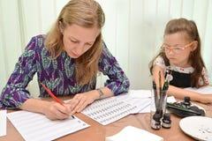 Kaliningrad Ryssland Läraren undervisar handstil av bokstäver Ockupation en kalligrafi i barns studio arkivfoton