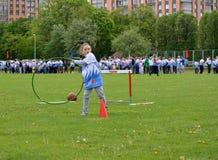 Kaliningrad Ryssland Lilla flickan kastar ett beslag på de gladlynta starterna för konkurrenser Royaltyfria Foton