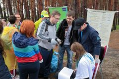 Kaliningrad Ryssland - Maj 18, 2019: Ekologisk h?ndelse p? kusten f?r baltiskt hav, reng?rande shoreline f?r folk fr?n avskr?de royaltyfria bilder