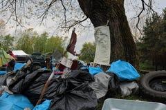 Kaliningrad Ryssland - Maj 18, 2019: Ekologisk h?ndelse p? kusten f?r baltiskt hav, reng?rande shoreline f?r folk fr?n avskr?de royaltyfri bild