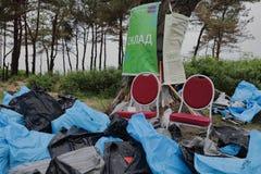 Kaliningrad Ryssland - Maj 18, 2019: Ekologisk h?ndelse p? kusten f?r baltiskt hav, reng?rande shoreline f?r folk fr?n avskr?de royaltyfri foto