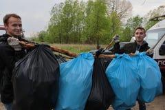 Kaliningrad Ryssland - Maj 18, 2019: Ekologisk h?ndelse p? kusten f?r baltiskt hav, reng?rande shoreline f?r folk fr?n avskr?de arkivbild