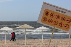 Kaliningrad Ryssland - mars 31, 2019: Informationstecken på stranden för baltiskt hav Ingen hundkapplöpning, alkohol, brand och a royaltyfri foto