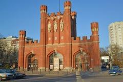 Kaliningrad Ryssland Portar för konung` s i den soliga våreftermiddagen Rysk ` för portar för ` s för text`-konung, Royaltyfri Bild