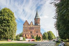 Kaliningrad RYSSLAND - SEPTEMBER 14, 2015: Domkyrka av Kant i Kaliningrad, gränden Gammal medeltida slott på sommardagen arkivbilder