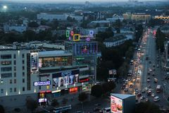 Kaliningrad RYSSLAND - SEPTEMBER 14, 2015: Fågel-öga sikt av mitten för Kaliningrad Plazahandel och den Lenin avenyn i natt royaltyfri bild