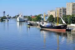 KALININGRAD RYSSLAND - SEPTEMBER 18, 2012: Skepp och ubåten förtöjde på kajen av Peter det stort Turisten Royaltyfri Bild