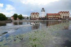 Kaliningrad Ryssland Sikt av den kulturella och ethnographic mittfiskbyn och Pregolya floden Royaltyfria Bilder