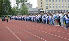 Kaliningrad Ryssland Skapelse av deltagare av deltagare av de gladlynta starterna för skolafamiljkonkurrenser på ett r Arkivfoto