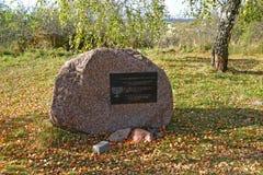 Kaliningradgebied, Rusland Een gedenkwaardige steen op de plaats van begrafenis van de slachtoffers van maart van dood dichtbij K stock foto's