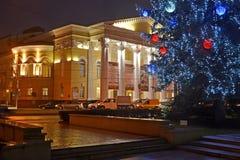 Kaliningrado, Rusia Árbol del Año Nuevo y edificio del teatro regional del drama por la tarde del invierno Imágenes de archivo libres de regalías