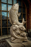 Kaliningrado, Rusia - 9 de agosto de 2014: Estatua de pescados en el fondo de la ventana Imágenes de archivo libres de regalías