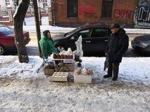 Kaliningrado, Rusia - 22 de enero de 2019: Vendedor ambulante que habla con un comprador fotografía de archivo libre de regalías