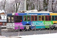 Kaliningrado, Rusia - 4 de febrero de 2019: Trolebús colorido en la calle central en día de invierno imagenes de archivo