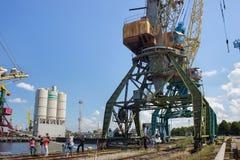 KALININGRADO, RUSIA - 19 DE JUNIO DE 2016: Las grúas de horca pesadas del puerto en la pesca en mar de Kaliningrado viran hacia e Fotos de archivo