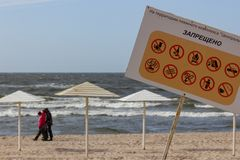 Kaliningrado, Rusia - 31 de marzo de 2019: Muestra de la información en la playa del mar Báltico Ningunos perros, alcohol, fuego, foto de archivo libre de regalías