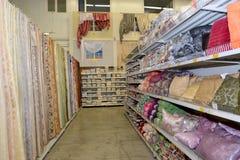 KALININGRADO, RUSIA - 27 DE MAYO DE 2015: Departamento de venta del textil Imágenes de archivo libres de regalías