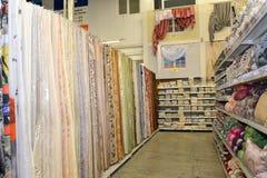 KALININGRADO, RUSIA - 27 DE MAYO DE 2015: Departamento de venta del textil Fotos de archivo