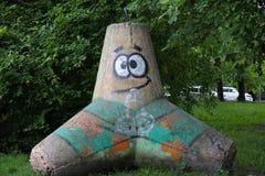 Kaliningrado, Rusia - 25 de mayo de 2019: Los gamberros pintan en la piedra del parque de la ciudad en la hierba imágenes de archivo libres de regalías