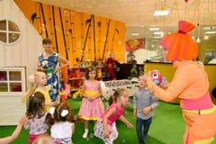 KALININGRADO, RUSIA - 18 DE SEPTIEMBRE DE 2016: El animador en un traje comienza para arriba burbujas de jabón en un día de fiest Foto de archivo