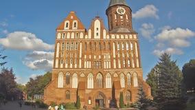 KALININGRADO, RUSIA 2 DE SEPTIEMBRE DE 2016: turistas que visitan la catedral de Koenigsberg, iglesia gótica del siglo XIV metrajes