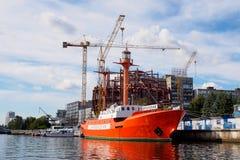 Kaliningrado, Rusia - 10 de septiembre de 2018: Soportes flotantes del faro de Irbensky en el embarcadero Museo del objeto expues fotografía de archivo libre de regalías