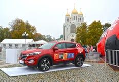Kaliningrado, Rusia El coche de Hyundai con el symbolics del mundial de la FIFA de la FIFA 2018 en Rusia contra la perspectiva de Fotografía de archivo
