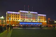 Kaliningrado, Rusia El edificio de la administración citty con la iluminación festiva del ` s del Año Nuevo Foto de archivo