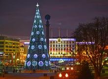 Kaliningrado, Rusia El edificio de la administración de la ciudad con la iluminación festiva del ` s del Año Nuevo Fotos de archivo