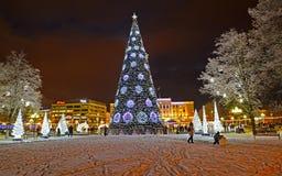 Kaliningrado, Rusia La iluminación y el abeto del Año Nuevo por la tarde del invierno Victory Square foto de archivo