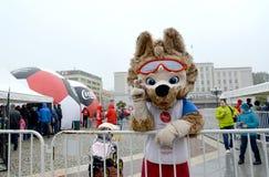 Kaliningrado, Rusia La mascota del mundial de la FIFA del cachorro 2018 de lobo del ` s de la FIFA Zabivak da los mejores respeto foto de archivo