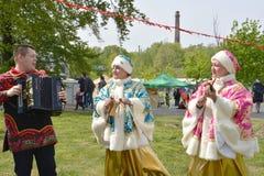 Kaliningrado, Rusia Los actos nacionales rusos del conjunto del folclore durante el día de fiesta en el parque foto de archivo libre de regalías
