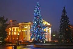 Kaliningrado, Rusia Un árbol del Año Nuevo antes de construir del teatro regional del drama Fotografía de archivo