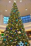 Kaliningrado, Rusia Un árbol del Año Nuevo en centro comercial Foto de archivo libre de regalías