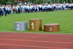Kaliningrado, Rusia Un podio contra los participantes del comienzo alegre de las competencias de la familia de la escuela Foto de archivo