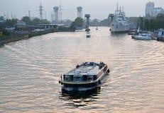 Kaliningrado, Rusia Un tipo en el río de Pregolya por la tarde del verano Imagenes de archivo